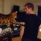 【猫動画】一体なぜそんなことを・・・!?飼い主が通る度にタッチする猫とは・・・!?