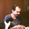 【猫動画】まるでコント!?おじさんが食べる瞬間に猫が・・・